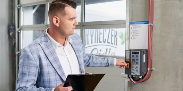 Kierownik ds Technicznych  dba o poprawne funkcjonowanie sprzętów na magazynie