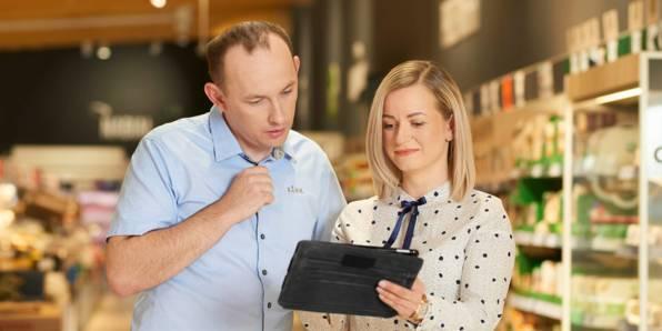 Kierownik rejonu sprzedaży posługuj się narzędziem pracy - tabletem.
