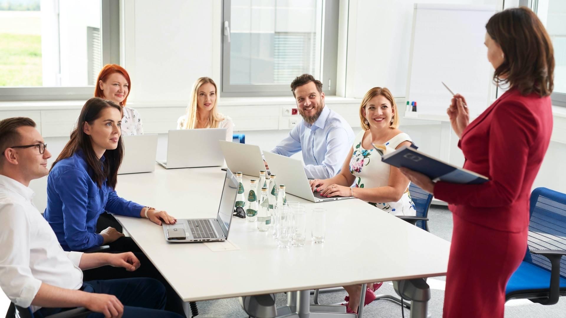 Pracownicy dobrze się bawią na warsztatach i szkoleniach rozwojowych