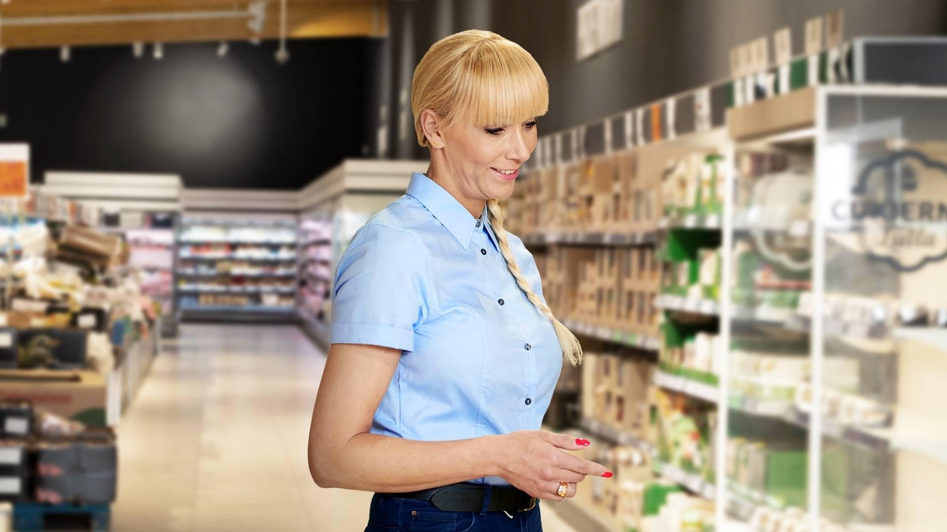 Manager sklepu kobieta realizuje zadania.