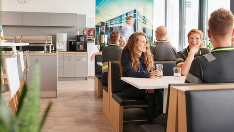 Pracownicy magazynu spędzają przerwę w pracy przy obiedzie