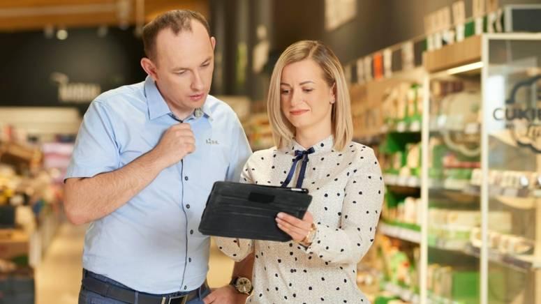 Kierownik rejonu sprzedaży przedstawia wyniki pracy managerowi sklepu