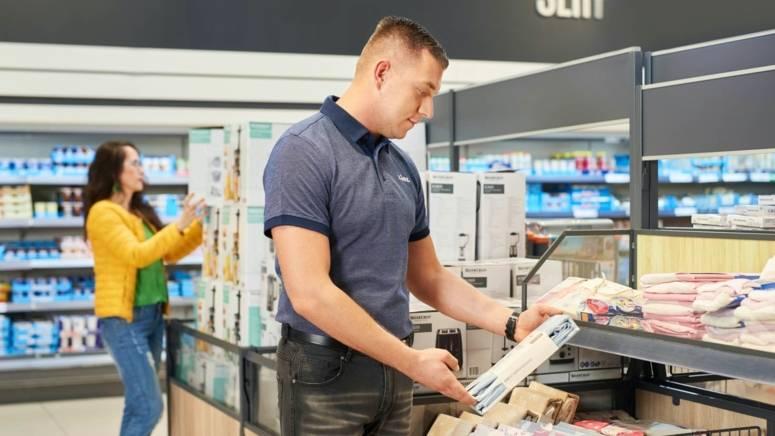Pracownik sklepu dba o ekspozycje produktów na dziale nonfood