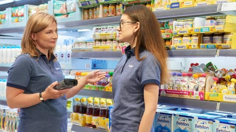 Instruktor pomaga pracownikowi sklepu