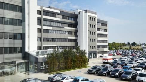 Widok na budynek centrali Lidl wraz z miejscami parkingowymi dla pracowników
